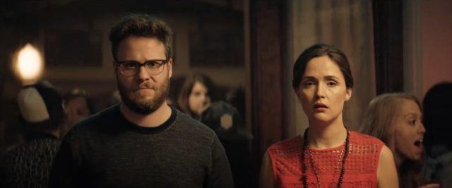 Mac a Kelly jsou z nových sousedů nešťastní.