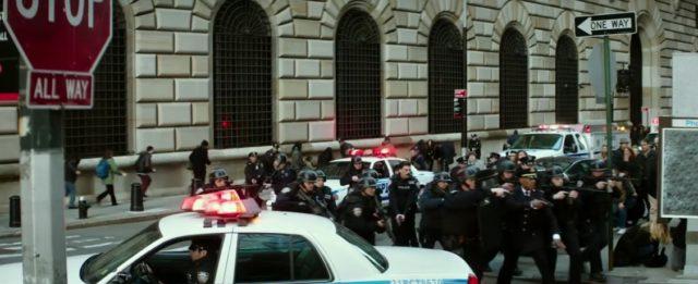 Policie už před televizním studiem pořádá manévry.