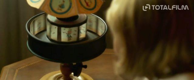 Laura a její sestra pořádají spiritistické seance.