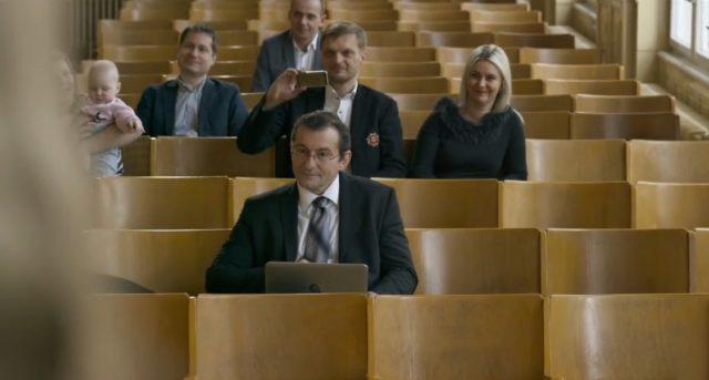 Ondřej Vetchý v hlavní roli úředníka Petra.